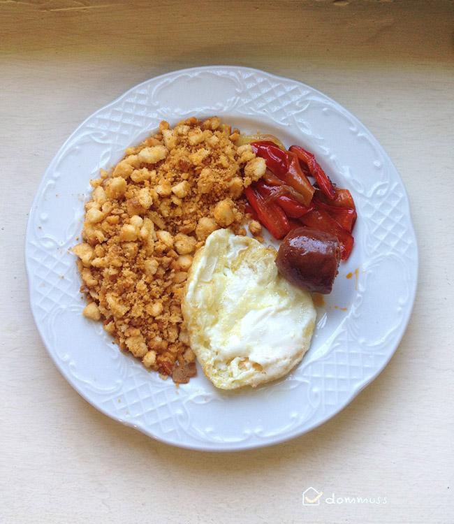 plato de migas con chorizo, pimiento y huevos fritos