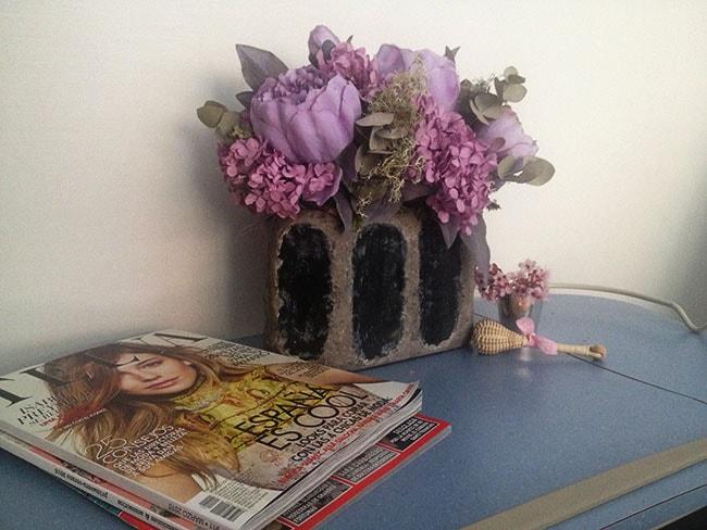 Flores secas y sonajero en la habitación del hospital tras el parto