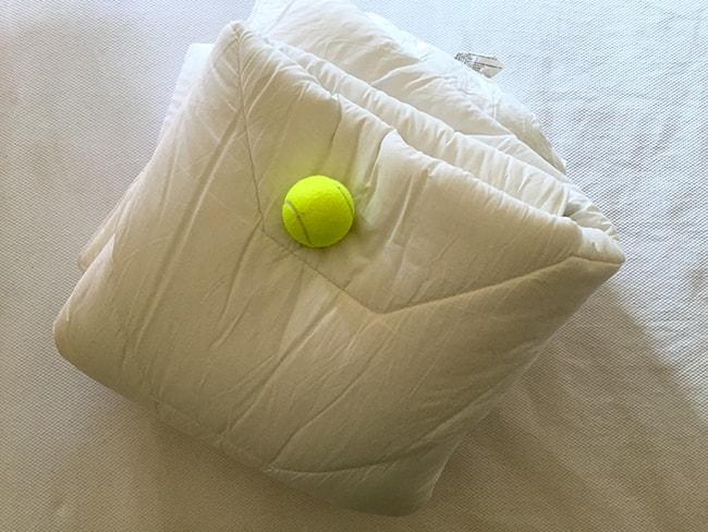 lavar el edredón con una pelota de goma, tenis o padel