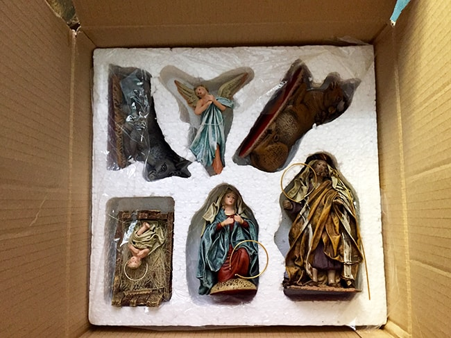 ordenar los adornos de Navidad : nacimiento